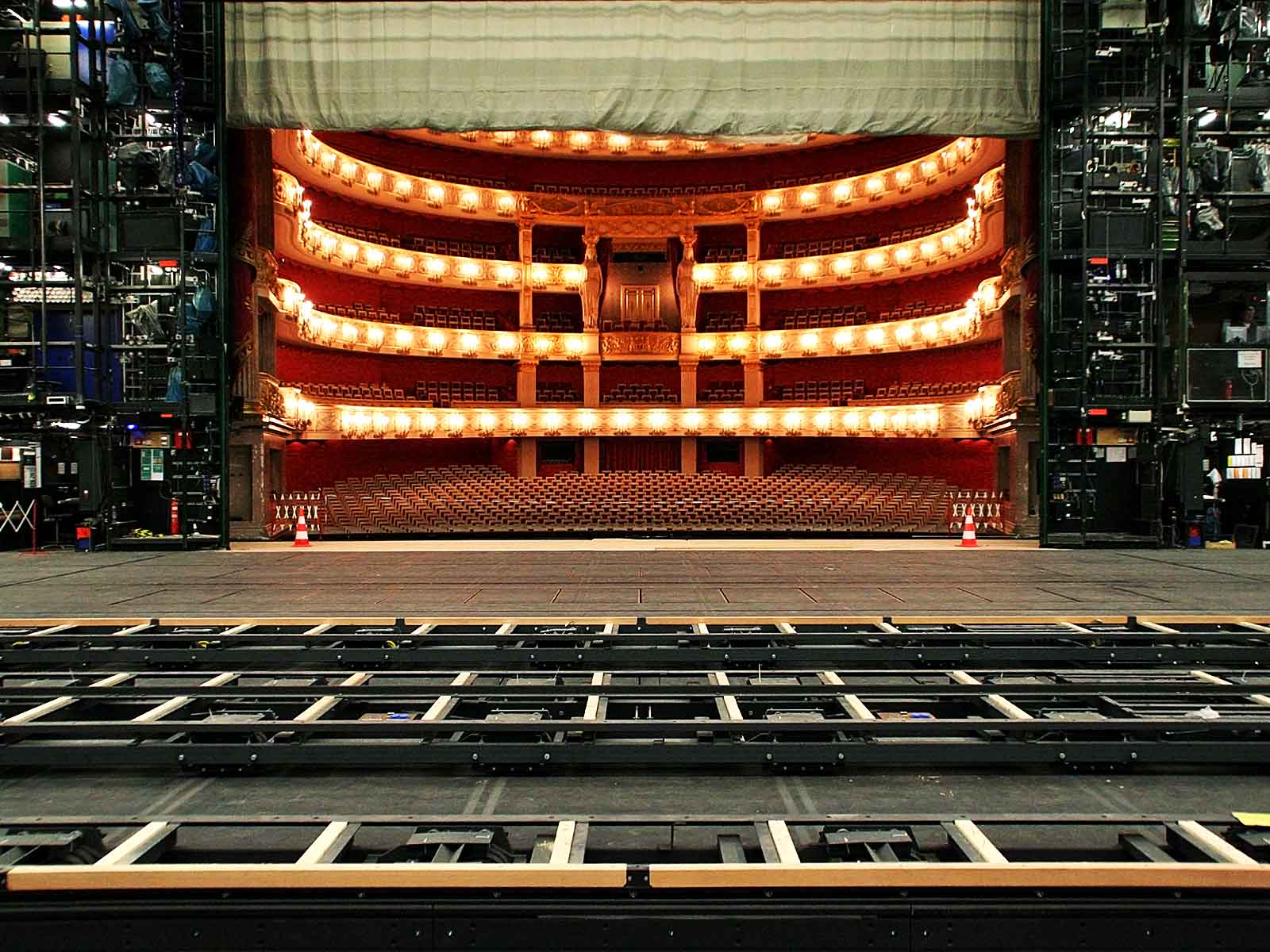 Radio data transmission in stage technology: Bavarian State Opera