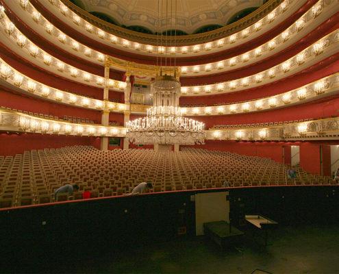 Bühnentechnik benutzt Datenfunk. Beispielsweise hier in der Bayerischen Staatsoper.