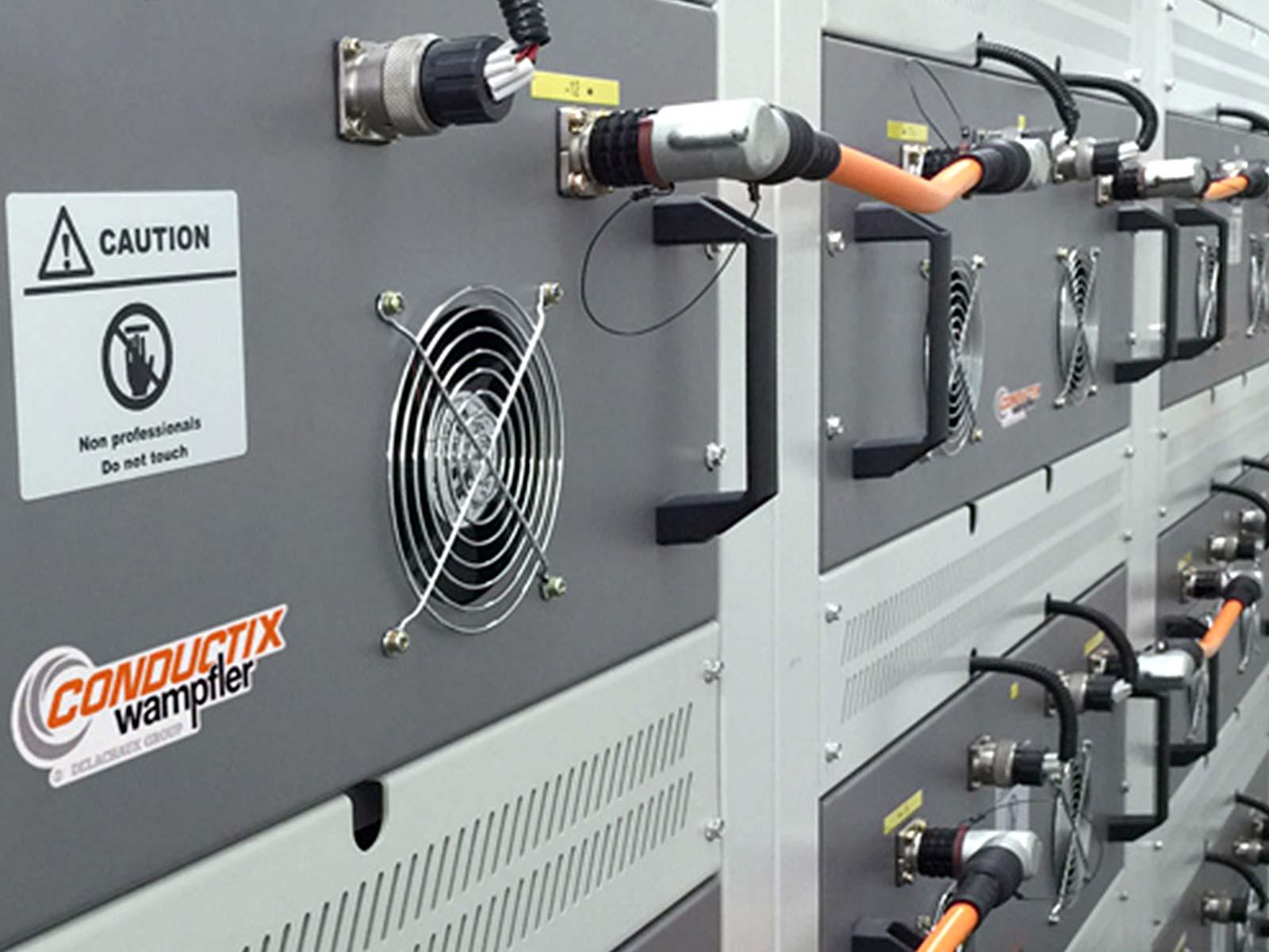 Globales Condition Monitoring bei E-RTG-Kränen • Datenfunksystem DATAEAGLE • Die von Conductix-Wampfler entwickelten Batteriecontainer benötigen eine intensive Überwachung (Condition Monitoring), und das bei allen weltweit eingesetzten E-RTG-Kränen.